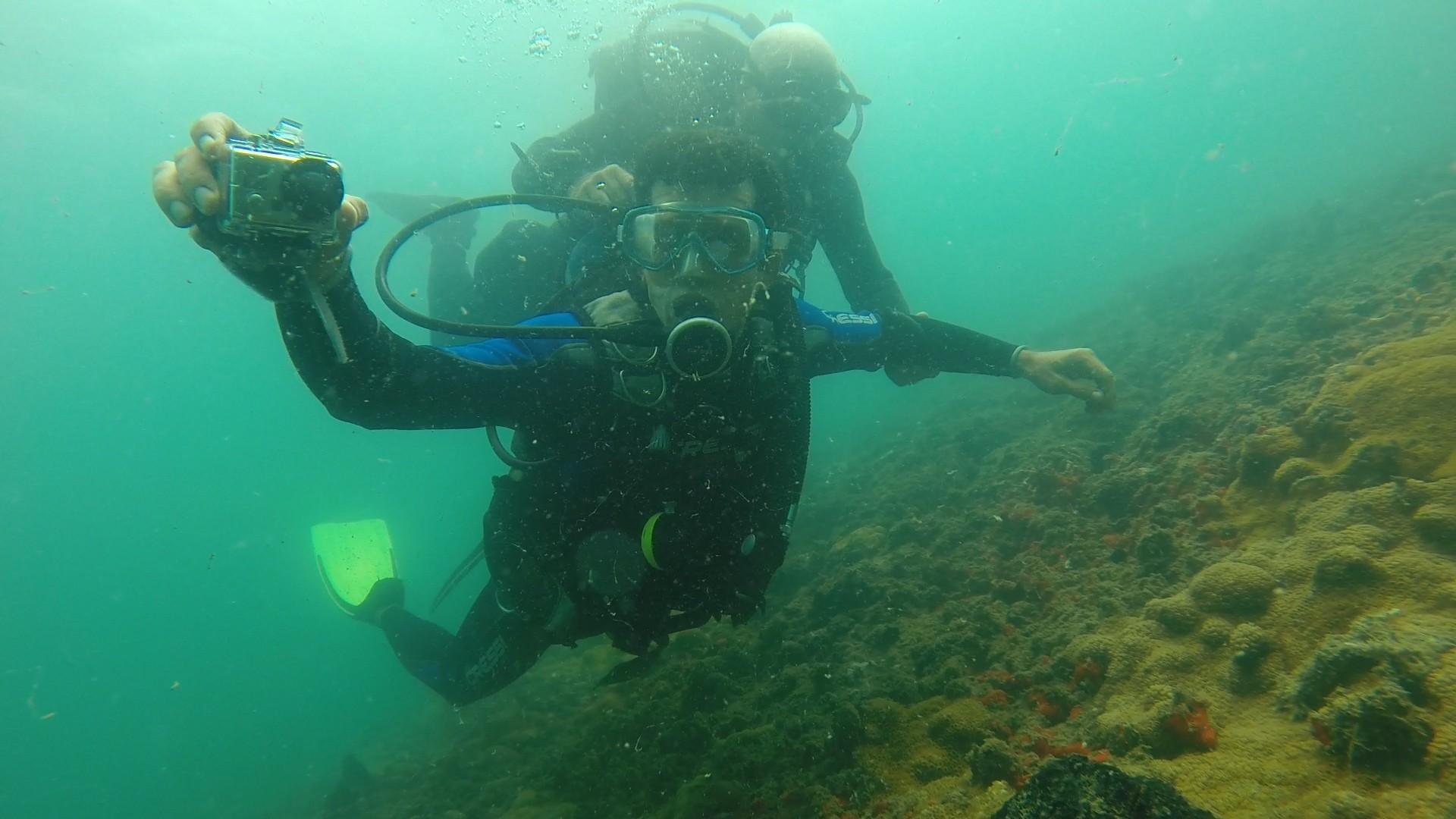 Com uma câmera na mão, Jackson mergulha para tratar de arqueologia subaquática (Foto: Divulgação)