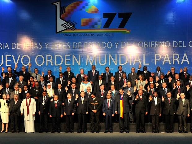 Líderes e representantes de países em desenvolvimento que participam do G77 da ONU posam para a foto de família, em Santa Cruz, Bolívia, neste domingo (15) (Foto: Aizar Raldes/AFP Photo)