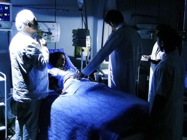Lexor intercede e salva a vida de Valéria e seu filho (Foto: Amor Eterno Amor/TV Globo)