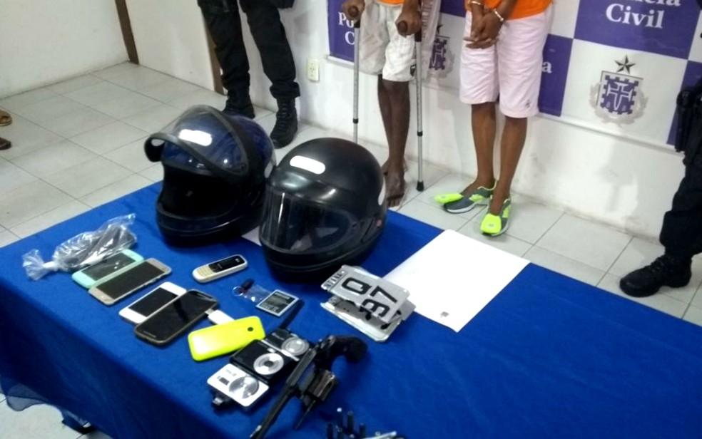 Celulares, capacetes, máquinas fotográficas e arma foram encontrados com suspeitos de tentar assaltar delegado na Bahia (Foto: Adriana Oliveira/TV Bahia)