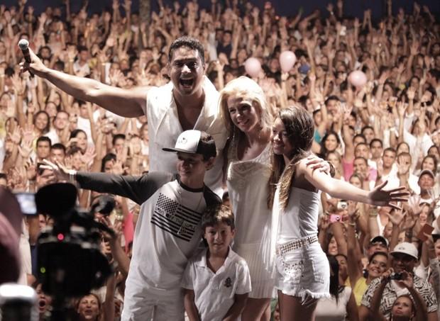Xanddy com a família no palco (Foto: Elielson Pita e Sergio de Souza/Divulgação)