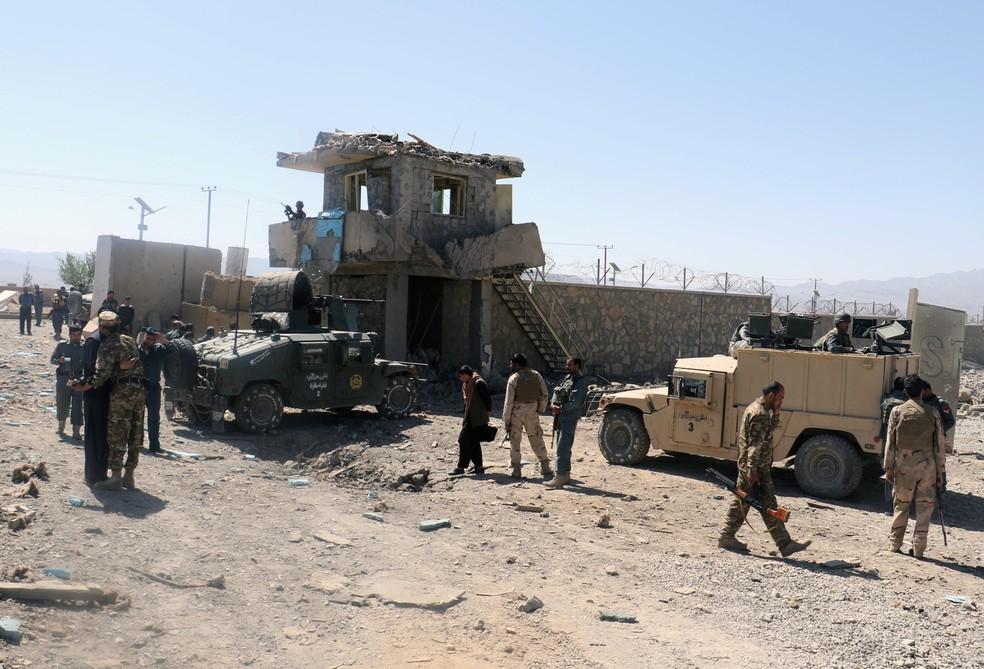 Forças de segurança afegãs inspecionam local alvo de ataque suicida na província de Paktia (Foto: Samiullah Peiwand/Reuters)