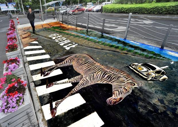 Artista pintou 'faixa de pedestre' com zebra em 3D em Xangai (Foto: Reuters)