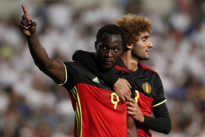 Lukaku é abraçado por Fellaini após marcar 1º gol belga (Foto: Reuters)
