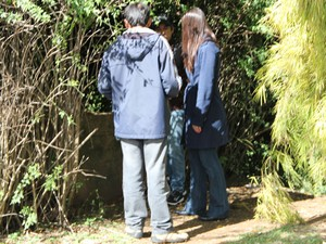 Testemunha leva policiais até a moite em que viu a vítima e o suspeito (Foto: Jéssica Balbino/ G1)
