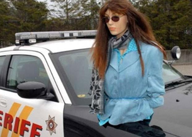 Em 2010, um motorista de 61 anos foi multado em US$ 135 em Islandia, no estado de Nova York (EUA), depois que colocou um manequim no banco de passageiro para poder trafegar em uma faixa de pista reservada para veículos com duas ou mais pessoas. (Foto: Divulgação)