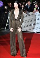 Look do dia: Jessie J usa macacão decotadíssimo em prêmio em Londres