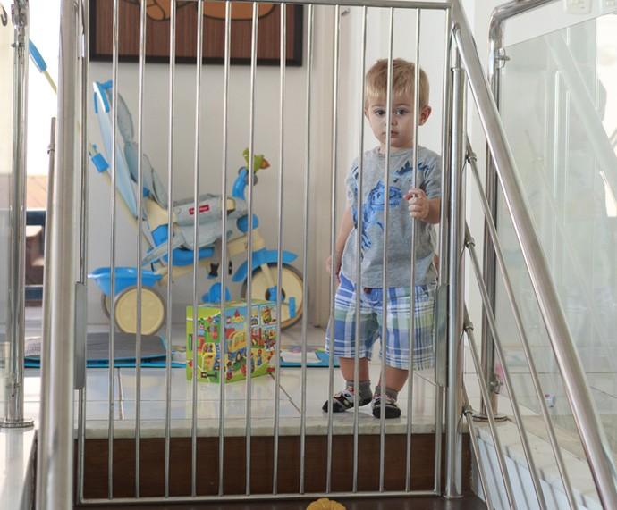 Dani Monteiro colocou uma proteção para Bento não descer as escadas sozinho (Foto: Ellen Soares/Gshow)
