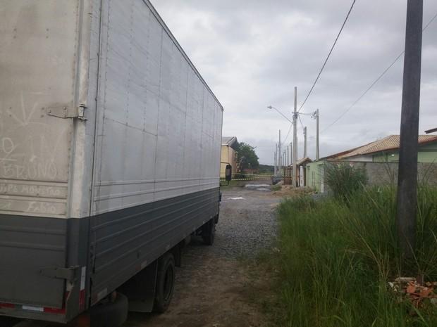 Durante manobra caminhoneiro atropelou criança em Itanhaém (Foto: G1)