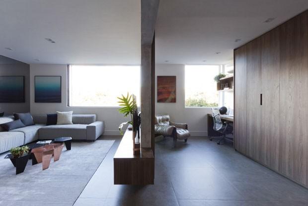 Tons de cinza e paredes a menos atualizam apartamento brasiliense (Foto: Fabio Cherman)