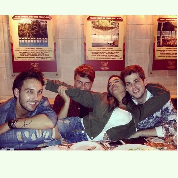 Anitta com amigos em restaurante na Zona Oeste do Rio (Foto: Instagram/ Reprodução)