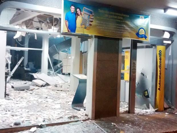 Agência ficou destruída após explosão com dinamites (Foto: Polícia Militar/Divulgação)