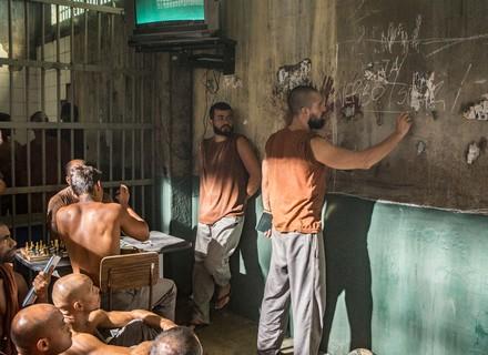 César dá aula aos presos na cadeia