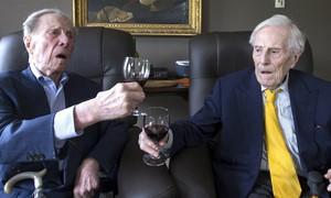 Aos 102, gêmeos contam segredo da longevidade: 'não ir atrás de mulher' (Yves Herman/Reuters)
