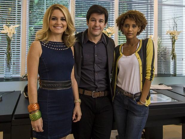 Trio de atores posa para a câmera nos bastidores das gravações (Foto: Paulo Belote/TV Globo)