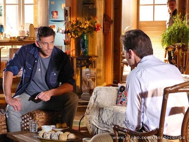 Cassiano descobre que Alberto usou avião de Dom Rafael para receber encomendas suspeitas (Foto: Flor do Caribe / TV Globo)