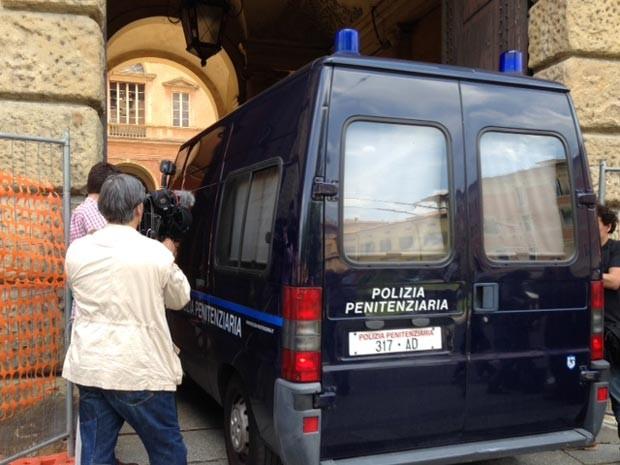 Carro da Polícia italiana leva Henrique Pizzolato até dentro do tribunal em Modena (Foto: Paolo Tomassone/G1)