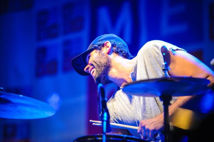 Dudu Azevedo assumiu bateria em show de Donavon Frankenreiter (Foto: Carlos Ferrari / Agência Preview)