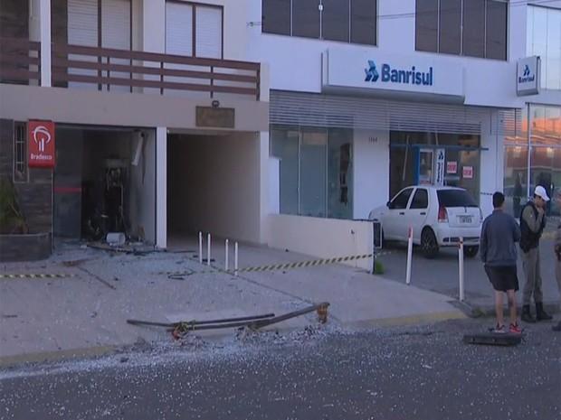 Duas agências bancárias foram atacadas durante a madrugada (Foto: RBSTV/Reprodução)