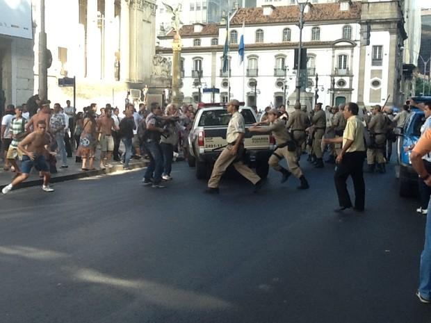 Briga entre PMs e manifestantes (Foto: Priscilla Souza/ G1)