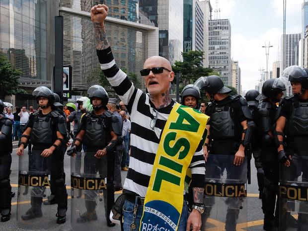 17/03 - Um manifestante protesta na Avenida Paulista, em São Paulo, contra o governo e a nomeação do ex-presidente Lula como ministro-chefe da Casa Civil (Foto: André Penner/AP)