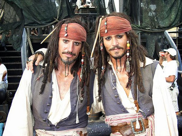 Johnny Depp e seu dublê (Foto: Reprodução)