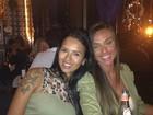 Sem maquiagem, Nicole Bahls posa com Ariadna em viagem a Brasília