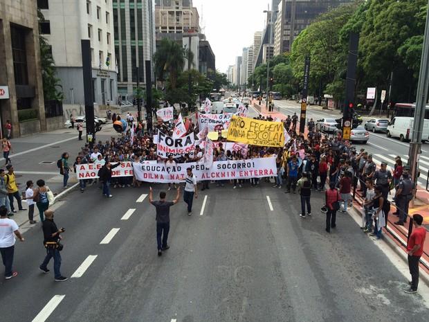 Grupo protesta na Avenida Paulista nesta sexta-feira (23) contra reestruturação da educação estadual (Foto: Will Soares/G1)