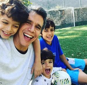 Marcio Garcia posa com Pedro, Felipe e João (Foto: Arquivo Pessoal)