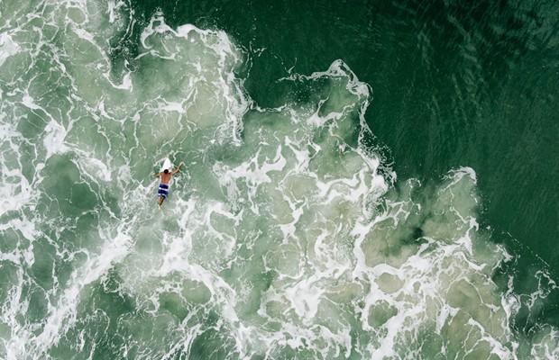 Foto aérea de um surfista na Praia Mole, em Florianópolis (Foto: Chris Schmid/National Geographic Traveler Photo Contest)