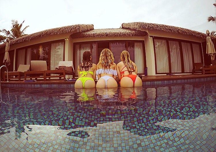 Três das quatro integrantes do grupo Little Mix posam com o derrière em evidência (Foto: Instagram/Reprodução)