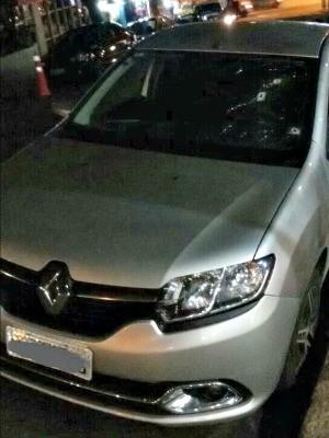 Carro de policial que foi baleado durante tentativa de roubo em Porto Alegre (Foto: Divulgação/Brigada Militar)