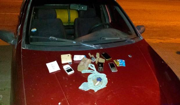 PM chegou aos suspeitos após confirmar que Palio tinha queixa de roubo; drogas e objetos foram apreendidos (Foto: Divulgação/Polícia Militar do RN)