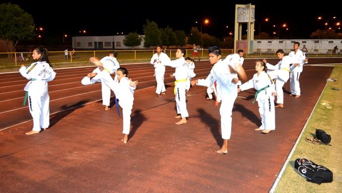 Numa curva da Vila Olimpica, uma garotada 'dá duro' nos treinos de taekwondo em Boa Vista (Foto: Tércio Neto/GloboEsporte.com)