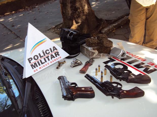 Drogas, armas, e aparelhos eletrônicos foram apreendidos no bairro Vila Celeste.  (Foto: Patrícia Belo / G1)