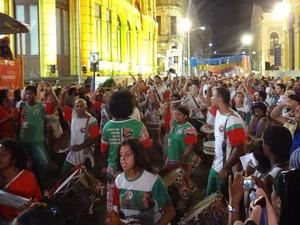 A Nação de Maracatu Porto Rico encantou os foliões nas ruas do bairro do Recife na noite deste sábado (9). Fundado em 1916, o maracatu é um dos mais antigos do estado. (Foto: Katherine Coutinho/G1)