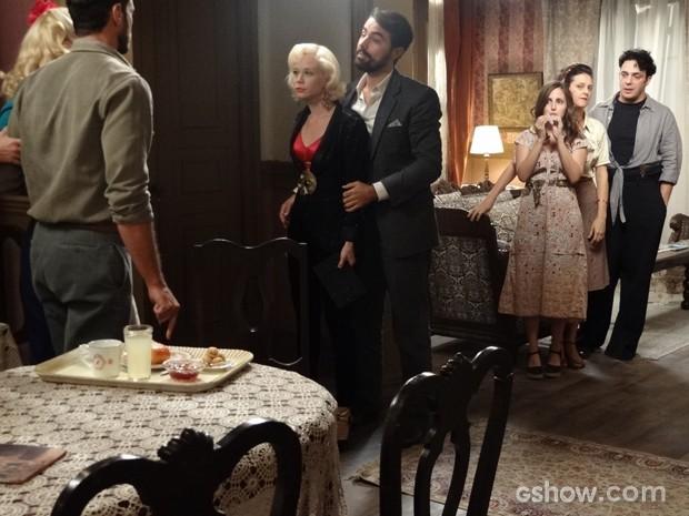 Quarteto briga mais uma vez e pessoal da pensão se diverte (Foto: Joia Rara/TV Globo)