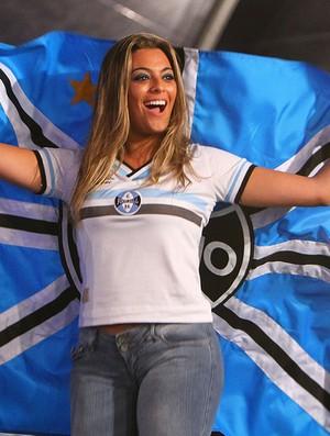 Ex-BBB Monique no lançamento dos novos uniformes do Grêmio (Foto: Lucas Uebel/Grêmio/Divulgação)