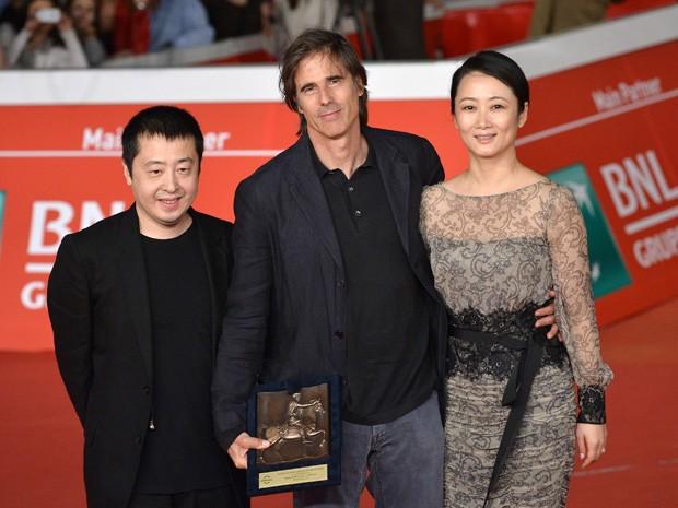Da esq. para dir., o diretor chinês Jia Zhangke, Walter Salles e a atriz Zhao Tao no Festival de Cinema de Roma (Foto: AFP PHOTO/TIZIANA FABI)