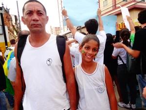 Fernando dos Santos e a filha Victória dos Santos, de 11 anos (Foto: Priscilla Alves/ G1)