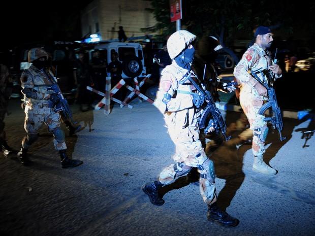 Militares chegam a aeroporto no Paquistão durante atentado  (Foto: Asif Hassan/AFP)