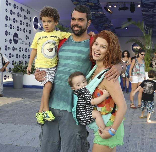 Bárbara Borges com o marido, Pedro Delfino, e os filhos Martin e Theo (Foto: Felipe Panfilli/AgNews)