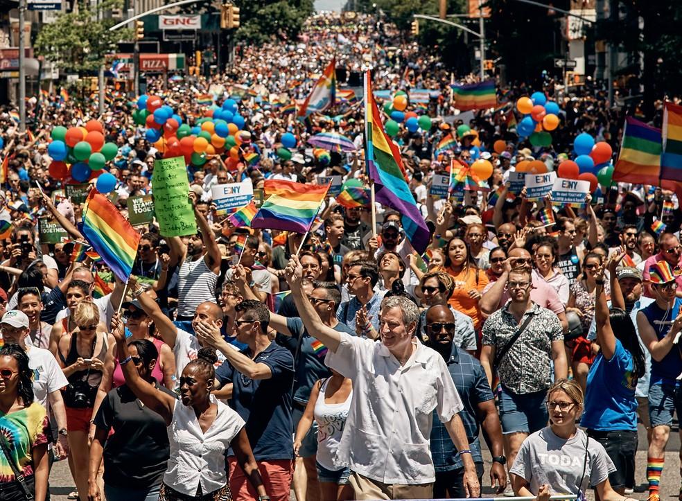 O prefeito de Nova York Bill de Blasio participa da parada LGBT pelas ruas de Nova York (Foto: Andres Kudacki/AP)