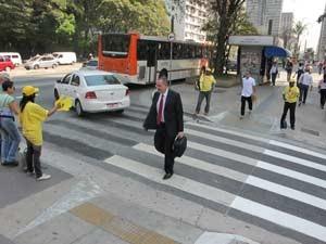 Faixa de pedestre na Paulista passa por readequação (Foto: Clara Velasco/G1)