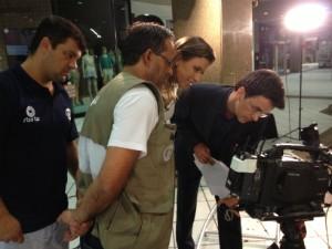 Apresentadores conferem imagens após gravação (Foto: Geovanio Wollinger/RBS TV)
