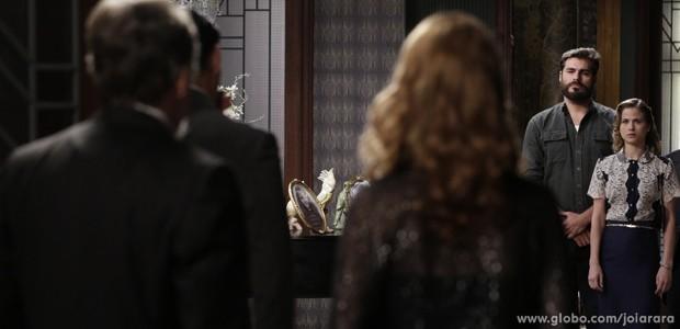 Toni vai com Hilda à mansão para conversar com Ernest (Foto: Fábio Rocha/TV Globo)
