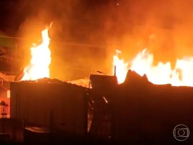 Incêndio destruiu completamente o galpão da fábrica em Elói Mendes. (Foto: Devanir Gino/Reprodução EPTV)
