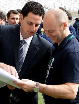 Tiago Larceda e Chris Unger no Mineirão comitiva fifa (Foto: Leonardo Simonini)