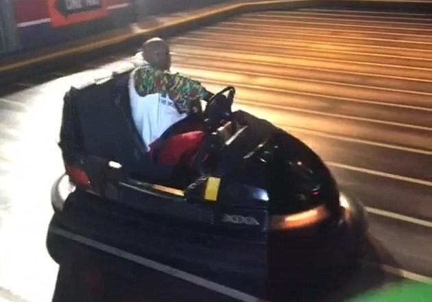 Floyd Mayweather em um parque de diversões de Las Vegas (Foto: Reprodução/Shots)