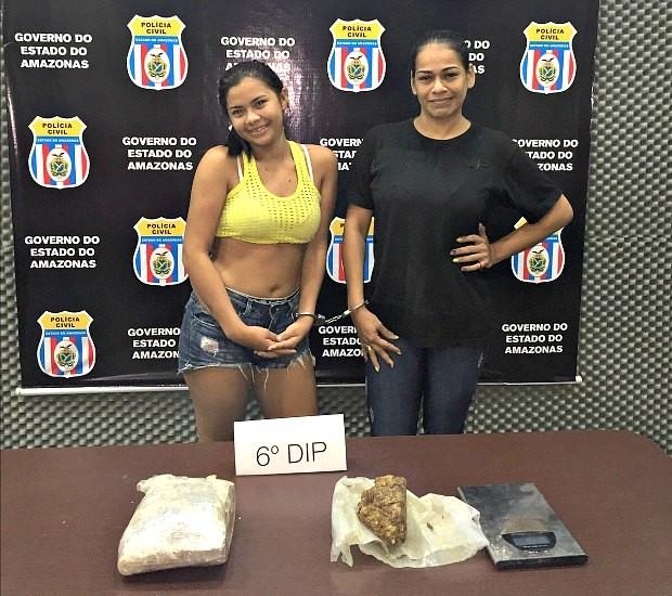 Luana Mayara (amerelo) e Aline Fontoura (Loira do Face) ignoram situação e posam para fotos na delegacia (Foto: Divulgação / Polícia Civil)